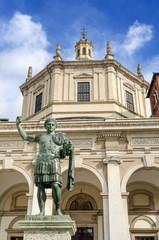 Milano, basilica di San Lorenzo Maggiore e statua di Costantino