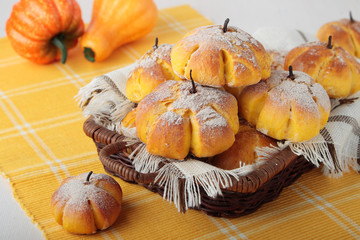 Buns with pumpkin, cinnamon and cloves