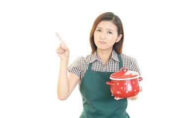 料理を持つ笑顔の女性