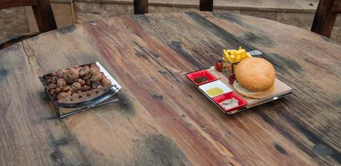 soslu hamburger ve çerezler