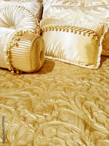 Luxurious silky bedding - 71781431