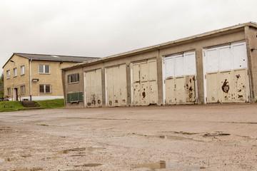 Fahrzeughalle und Gebäude einer ehemaligen NVA-Kaserne