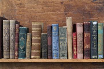 Regal mit alten Büchern.