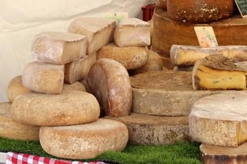 Meules de fromage et fromages ' vacherin ceronné ' au marché