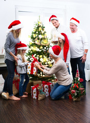 Familie mit Generationen zu Weihnachten