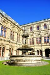 Springbrunnen an Wiener Staatsoper; Opernhaus an Ringstrasse