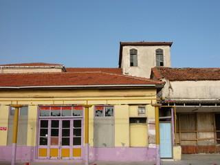 Bunte Fassade eines verfallenen Geschäft in Alacati bei Izmir