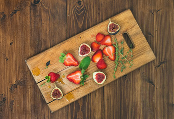 Fresh strawberries, figs, mint leaves, thyme and honey drops ob