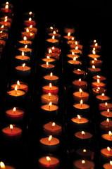 Plein de bougies dans le noir