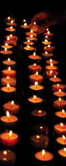Bougies dans la pénombre dans une église
