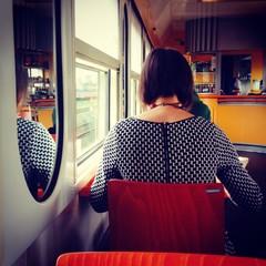 kobieta w pociagu siedzi tylem