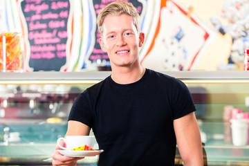 Kellner arbeitet in Eiscafe mit Kaffee Cappuccino