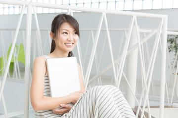 パソコンを抱える女性