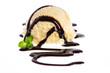 canvas print picture - Vanilleeiskugel mit Schokolade Topping und einem kleinen Blatt M