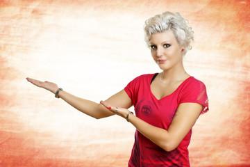 schöne Frau hält Hände für Werbetext