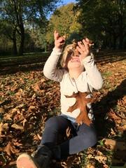 Mädchen spielt im Herbstlaub