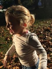 Mädchen läuft im Laub