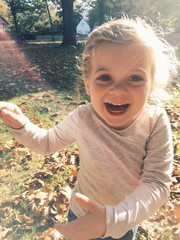 glückliches Kind läuft durch den Park