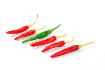 Fünf rote und eine grüne Chilischote