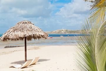 parasol de paille sur plage de Rodrigues, Mourouk
