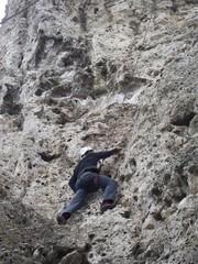 Альпинист лезет в гору