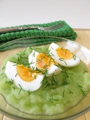 Eier auf Gurkenpüree mit Dill