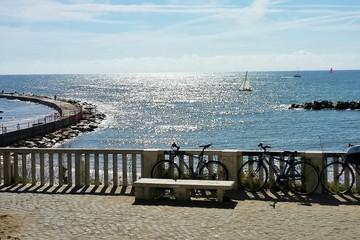 Balcone con biciclette sul mare