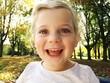 Mädchen lacht glücklich
