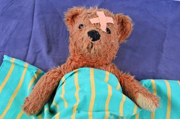 Ours en peluche blessé dans son lit
