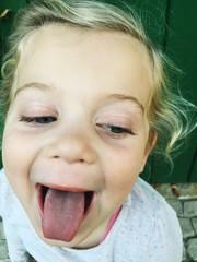 Mädchen streckt Zunge raus