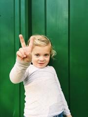 Kleines Mädchen macht Victory-Zeichen