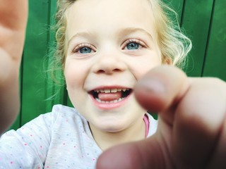 Kleines Mädchen greift zur Kamera