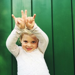 Mädchen macht Rock'n'Roll Zeichen