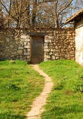 Стена старинной усадьбы солнечным весенним днем