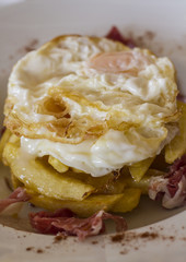 Fried egg with chips and ham