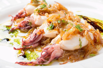 Squids with caramelized onion and parsley