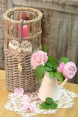 Tischdekoration mit Rosen und Kerzenlicht