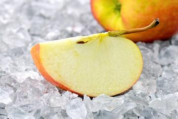 Jabłko na kruszonym lodzie