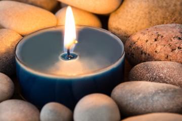 Kerze und Steine