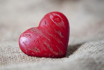 coeur rouge sur fond naturel