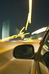 夜の高速道路を走る自動車