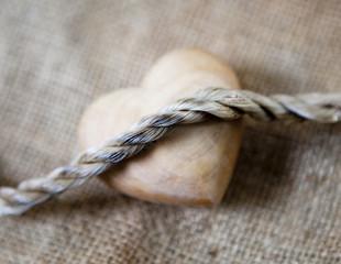 coeur en bois et corde lien