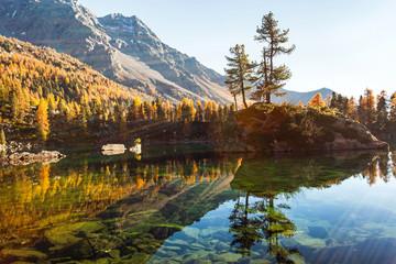 raggi di sole su lago alpino
