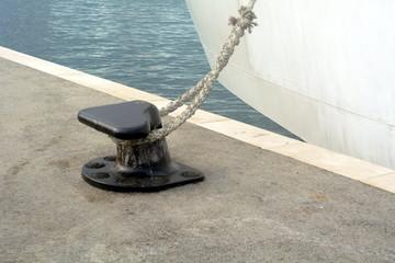Festgemachtes Schiff mit Textfreiraum