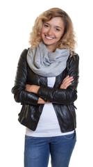 Attraktive Frau mit blonden Locken und Lederjacke