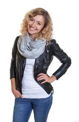 Lachende Frau mit blonden Locken und Lederjacke