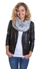 Sympathische Frau mit blonden Locken und Lederjacke