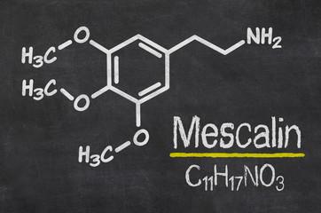 Schiefertafel mit der chemischen Formel von Mescalin