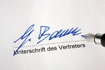 Unterschreiben eines Kaufvertrages von einem Vert