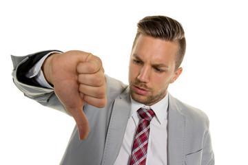 Unternehmer zeigt mit Daumen nach unten